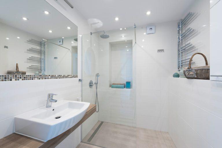 Wakacyjne mieszkanie, biała łazienka