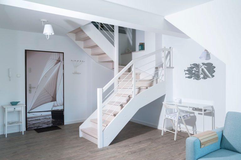 Wakacyjne mieszkanie, białe schody